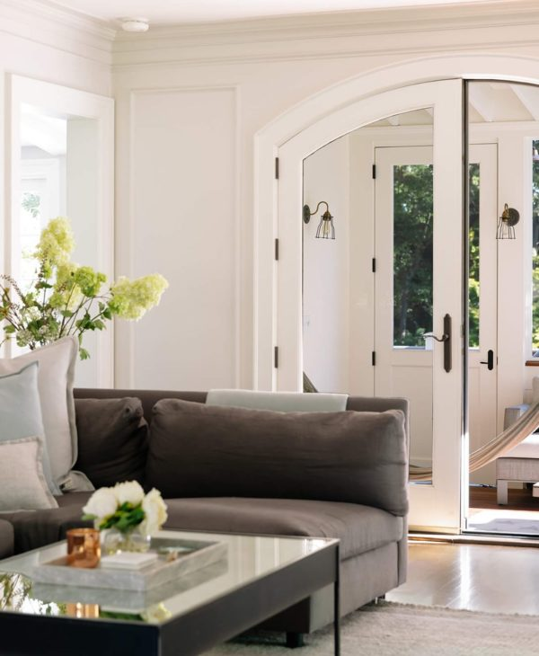 living-room-with-arch-door